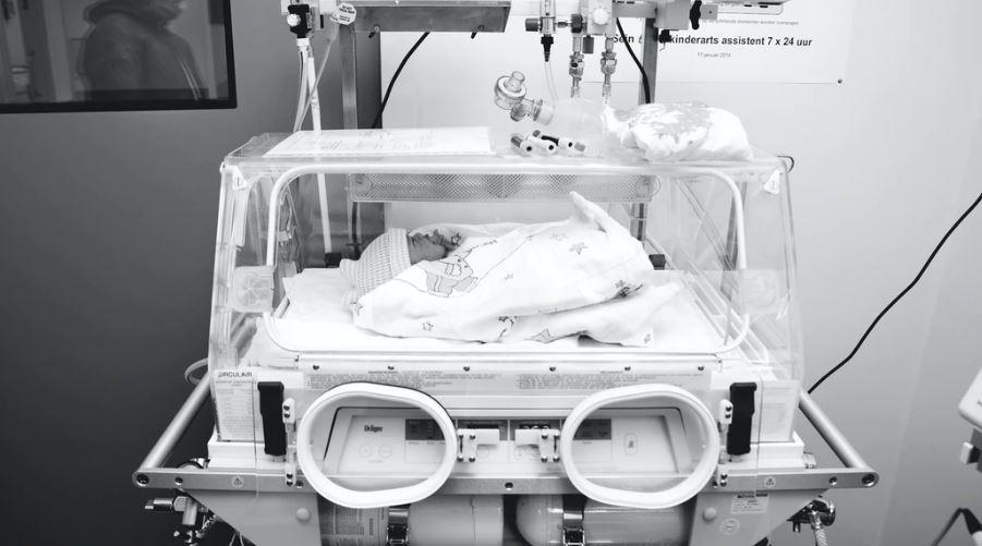 """Podczas porodu lekarz pociągnął wcześniaka """"specjalnym chwytem"""". Finał gorszy niż w horrorze"""