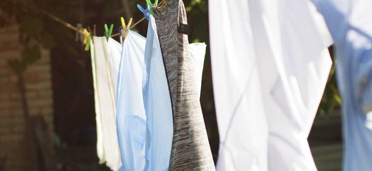 Fenomenalny trik na pranie ubrań. Prawdziwy hit, będą jak nowe, już nigdy się zniszczą w pralce
