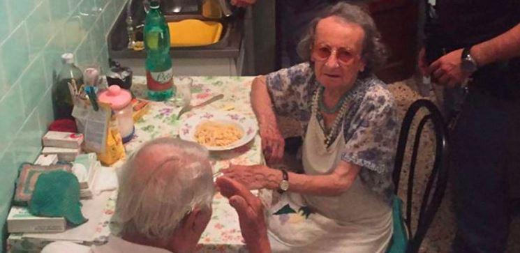Sąsiedzi zauważyli, że 2 staruszków ciągle płacze i wezwali policjantów. Weszli do mieszkania i sami mieli łzy w oczach