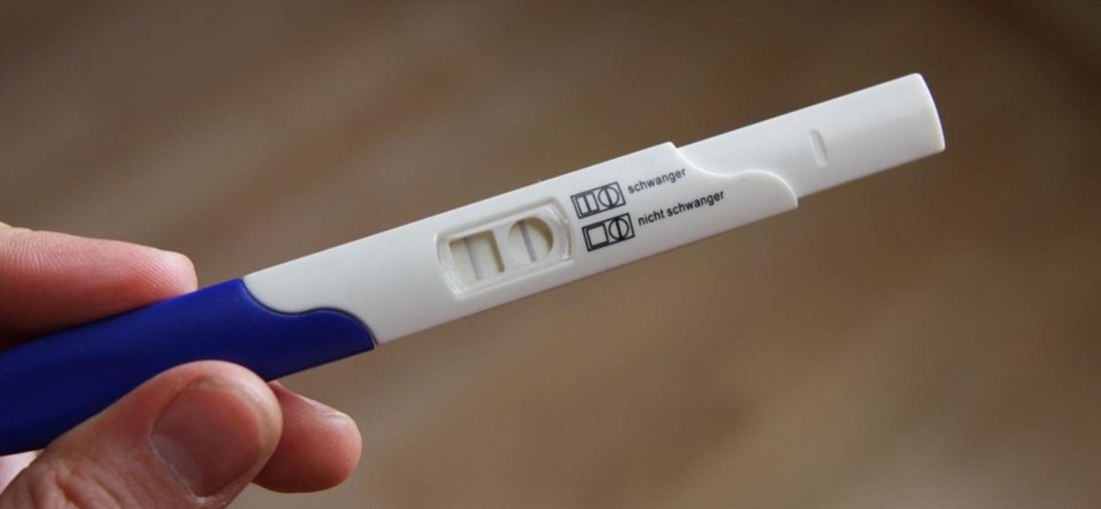 Mężczyzna dla żartów zrobił test ciążowy. Ujrzał wynik pozytywny i prawie zemdlał, prawda okazała się okrutna