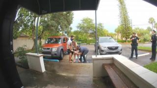 Kobieta urodziła na parkingu. Położna w ostatniej chwili złapała dziecko, nagranie stało się mega hitem