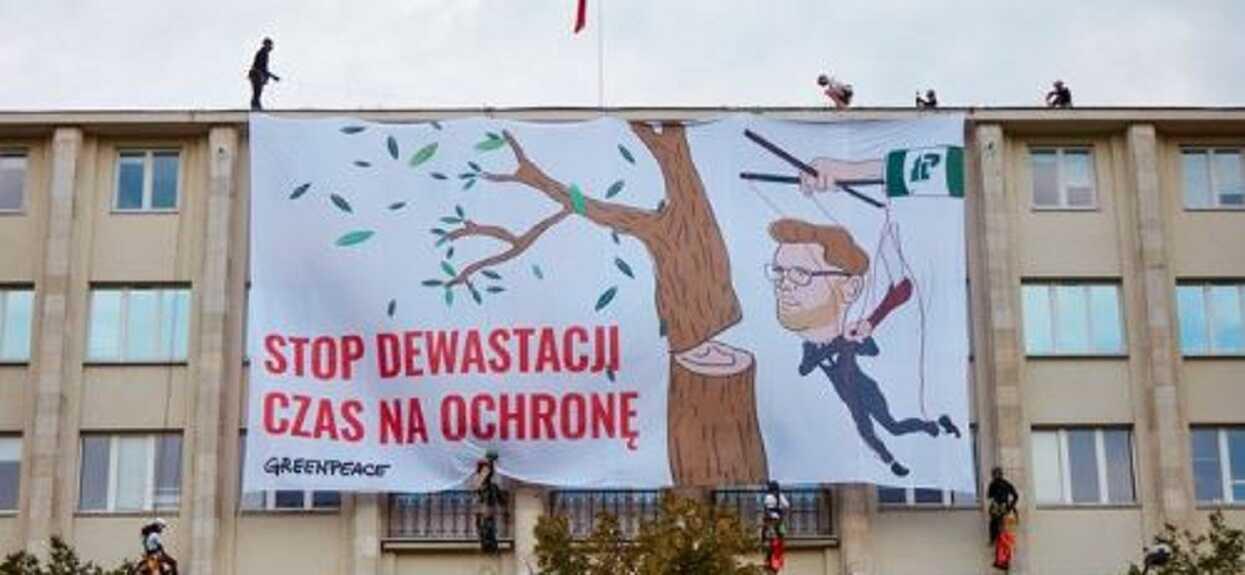 Wielka demonstracja w Warszawie, weszli na dach ministerstwa. Do akcji wkroczyła policja