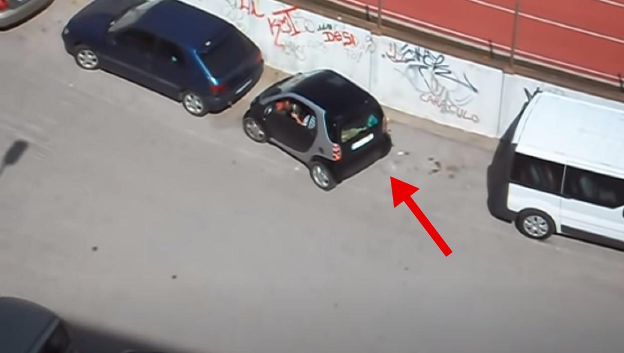 Kobieta chciała zaparkować przed blokiem. Sąsiedzi natychmiast zaczęli nagrywać, nie mogli powstrzymać śmiechu