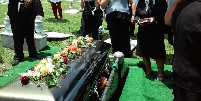 Majętny mąż chciał być pochowany z całą fortuną. Zemsta żony po jego śmierci zasługuje na oklaski