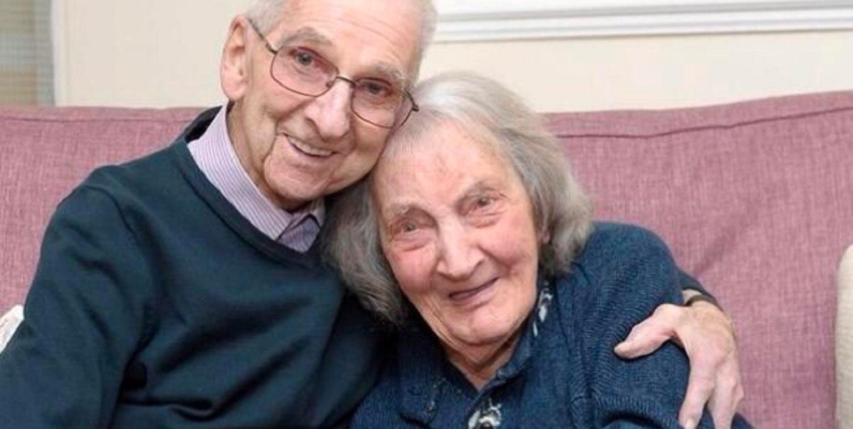 Są małżeństwem ponad 70 lat. Żona w końcu zobaczyła, co mąż pisał w pamiętniku; momentalnie zaczęła płakać