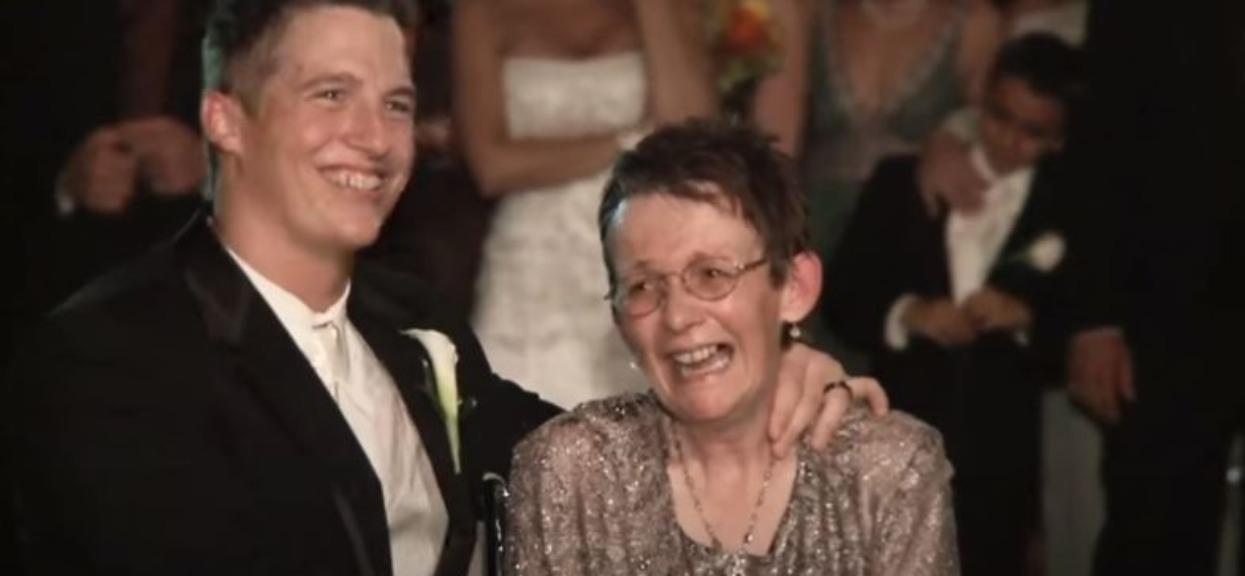Pan młody nagle podszedł do mamy przykutej do wózka inwalidzkiego. Zrobił rzecz, po której wszyscy mieli łzy w oczach