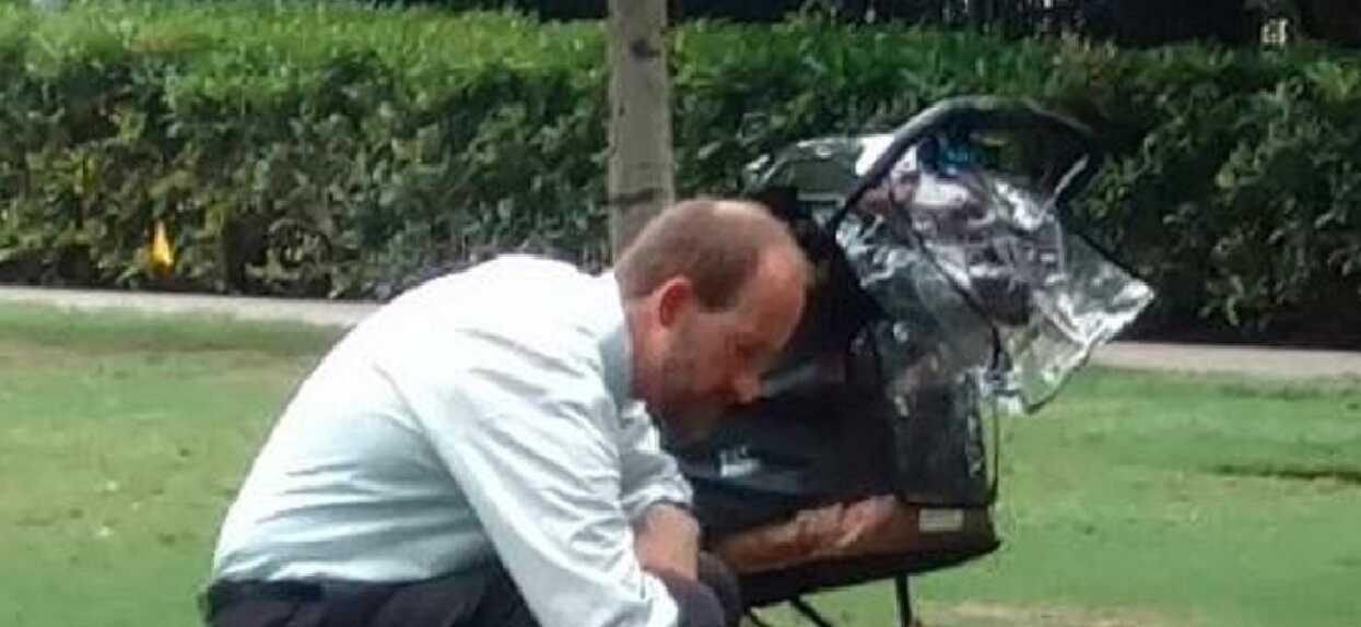 Mężczyzna chodził po parku z pustym wózkiem dziecięcym. Prawdziwy powód wyciska z człowieka ostatnie łzy