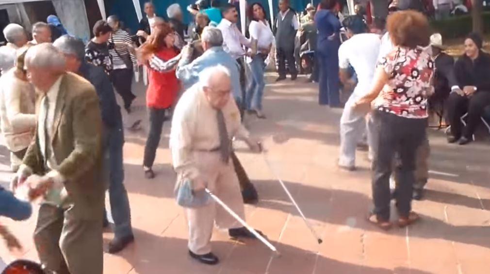 Dziadek o kulach wyszedł na środek parkietu. Gdy zaczął tańczyć, wszyscy zaniemówili, nagranie zwala z nóg