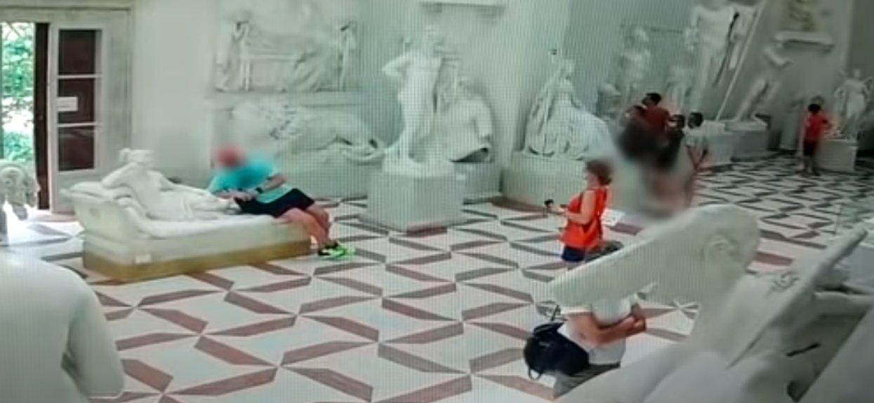 Podszedł do rzeźby kobiety i zrobił piorunującą rzecz. Nie wiedział, że jest nagrywany