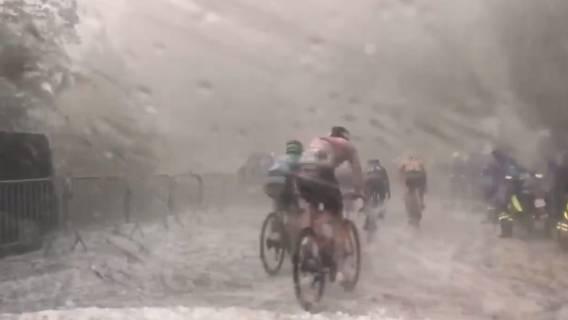 Burza zaatakowała kolarzy