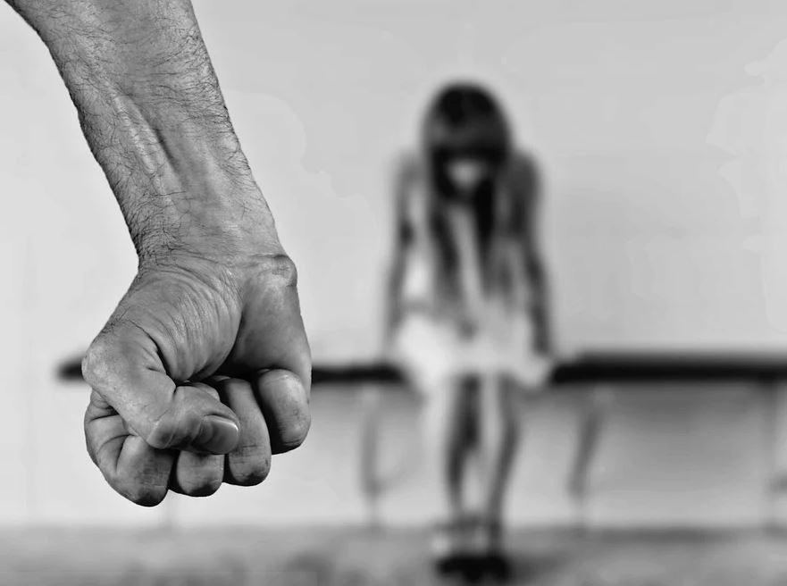 Czy osoby krzywdzące dzieci powinny otrzymywać surowsze kary?