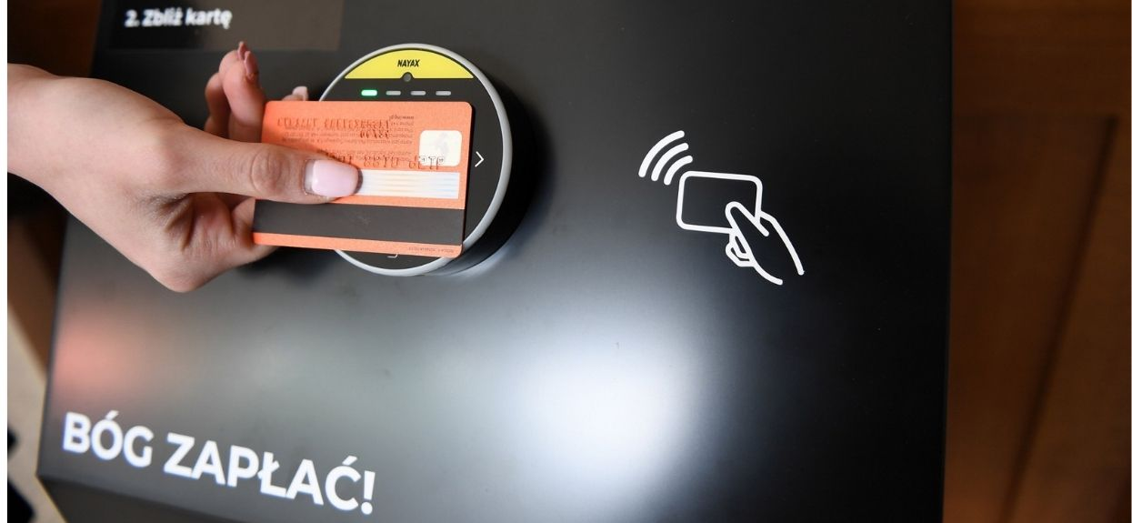 """Czy w każdym kościele powinna być możliwość przekazywania datków """"na tacę"""" kartą płatniczą?"""