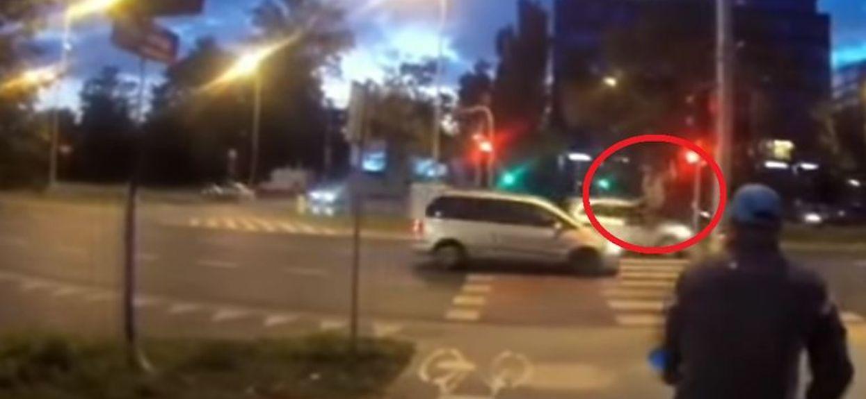 Przejechał na czerwonym świetle. Porażające nagranie pokazuje, co stało się sekundę później