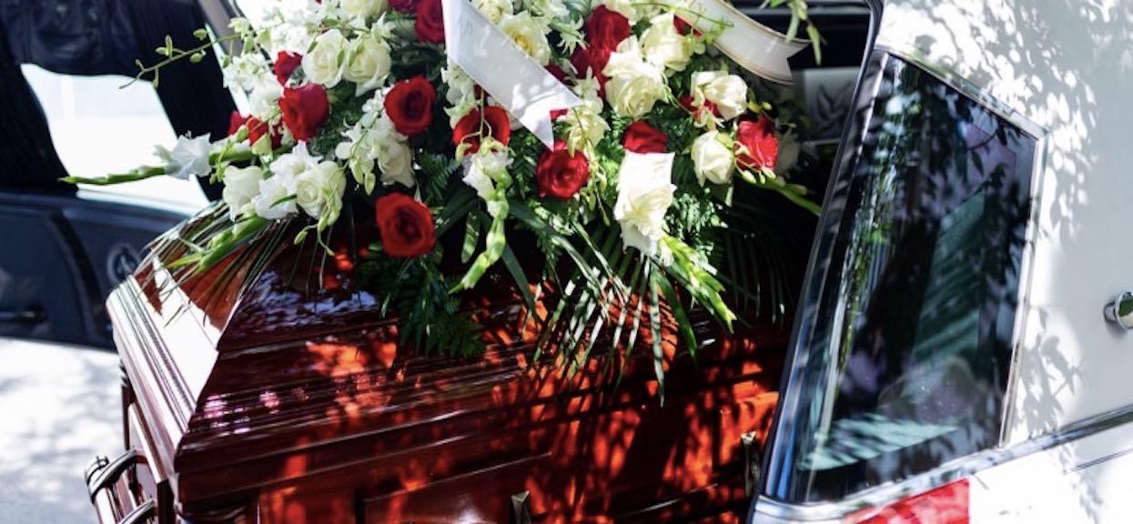 Podczas pogrzebu, z trumny zaczęły dochodzić dziwne dźwięki. Rzucili się w jej kierunku i zamarli, kiedy otworzyli trumnę