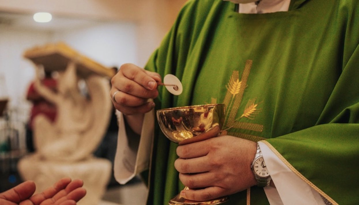 """Ile Polacy płacą """"co łaska""""? Ujawniono nieoficjalny cennik usług kościelnych, ręce opadają"""