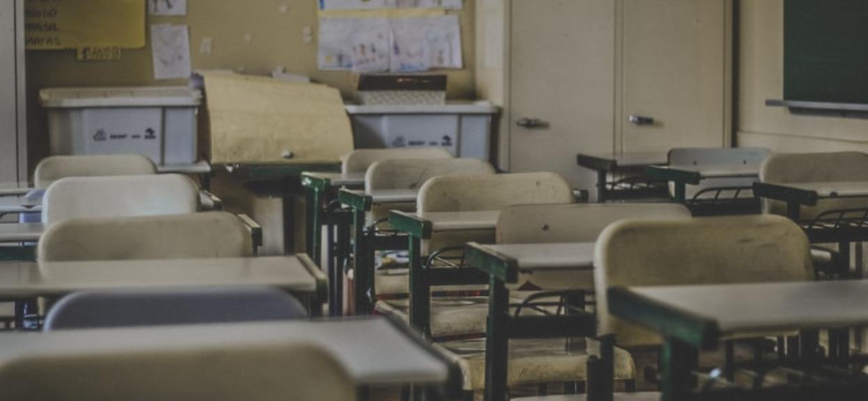 Masowo zamykane szkoły, panika wśród rodziców. Fatalne informacje z południa Polski