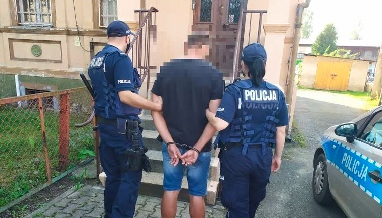 Groza w polskiej miejscowości. Niebezpieczny mężczyzna napadł na uczniów przy szkole, dzieci są w szoku