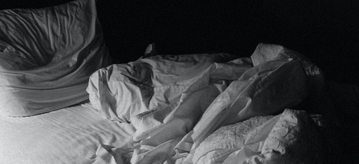 Żona nagle zaczęła krzyczeć w środku nocy. Dzień później zrobiła porażającą rzecz, powód zwala z nóg