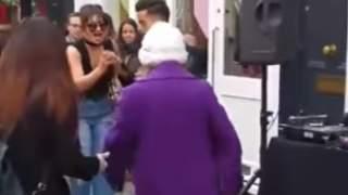 Babcia nagle dołączyła do tańczących na ulicy imprezowiczów. Nagranie bije rekordy popularności