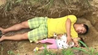 Ojciec położył się ze swoją 2-letnią córeczką w świeżo wykopanym grobie. Powód jest niezwykle przykry