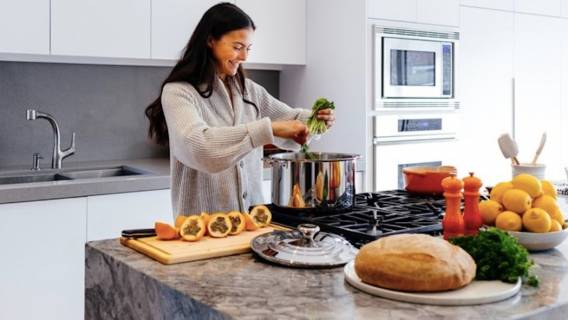 Chociaż rosół to jedna z najpopularniejszych zup w polskich domach, wiele osób korzysta z drogi na skróty
