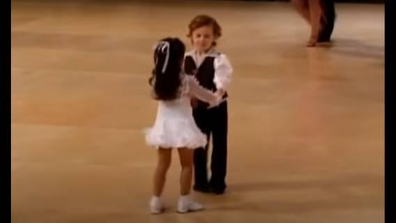 Nagranie z małymi tancerzami