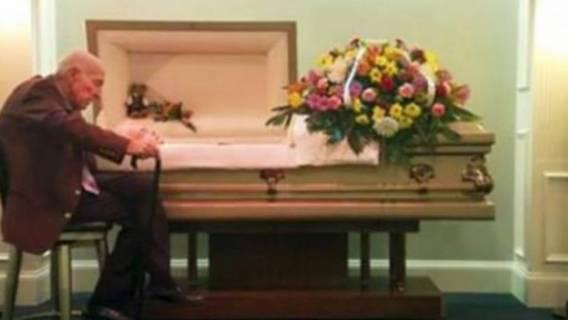 Mąż siedział przy trumnie żony