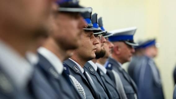 Policjanci powinni zarabiać więcej?