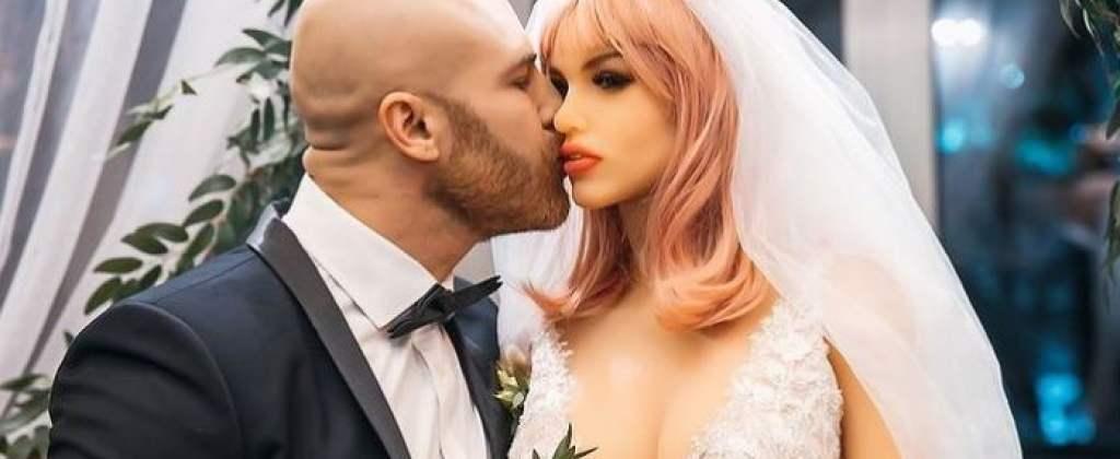 Wziął ślub z plastikową lalką. Zdjęcia pary młodej odbierają mowę, rodzina nie wie co zrobić