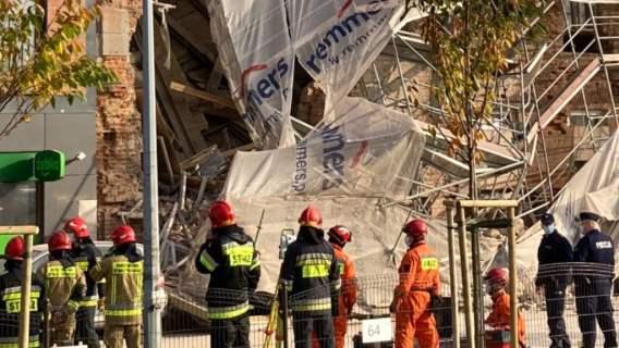 Na miejscu ratownicy, strażacy i wozy bojowe, służby szukają ludzi. Katastrofa w dużym polskim mieście