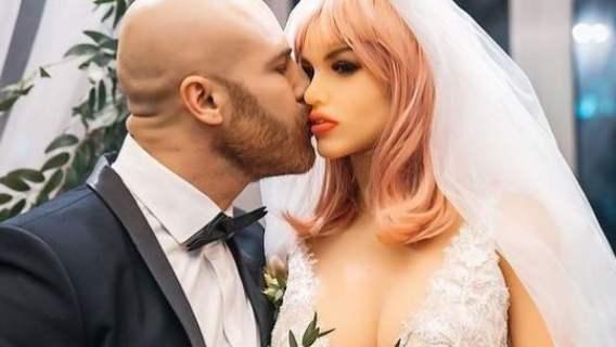 Ślub mężczyzny z lalką