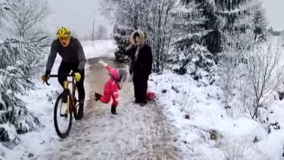 Dziecko kopnięte przez rowerzyste