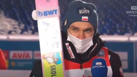 Piotr Żyła na podium, od razu dorwał się do mikrofonu. Przeszedł samego siebie