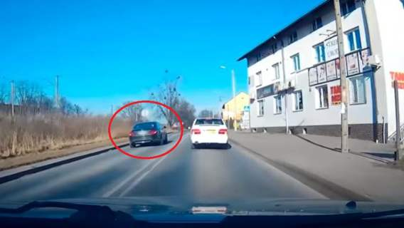 nagranie samochodu wyprzedzającego na pasach