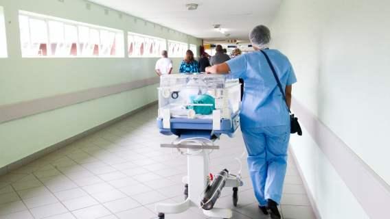 Pielęgniarka na korytarzu szpitala