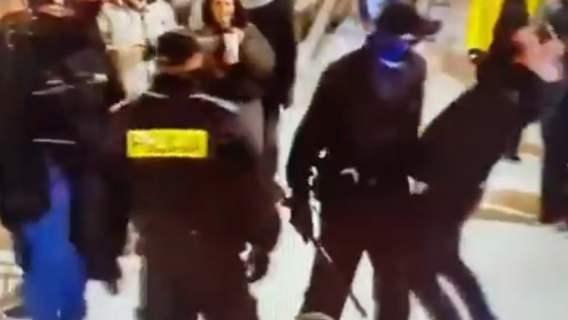 policjant chcący uderzyć mężczyznę