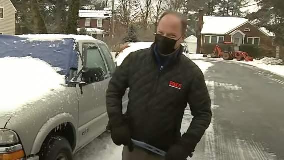 Reporter przy samochodzie w telewizji na żywo