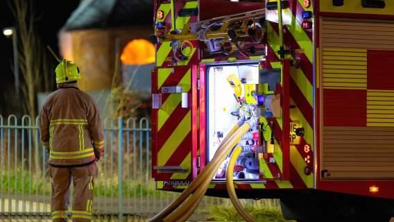 Strażak przy wozie strażackim