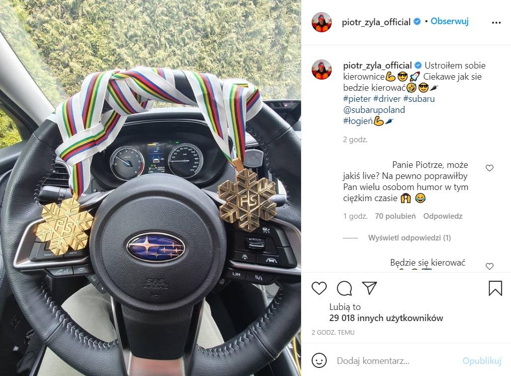 Piotr Żyła zawiesił medale na kierownicy samochodu