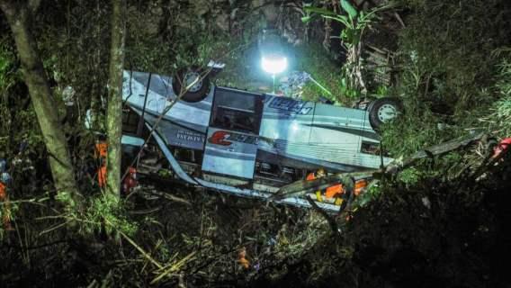 Indonezja: nie żyje 27 osób, 39 jest rannych. Szkolny autobus runął w przepaść