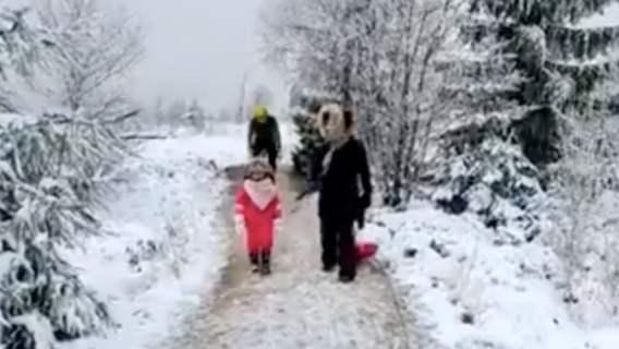 rowerzysta kopnął dziecko