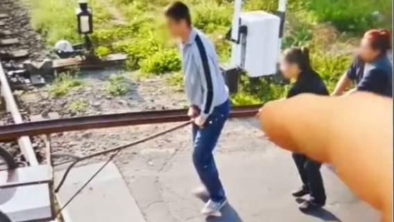 kadr z wideo kradzieży szyn kolejowych