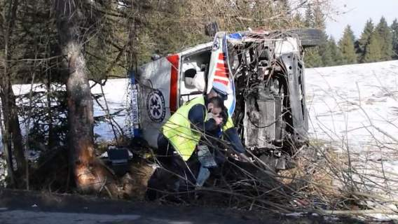 Małopolska: wypadek karetki, rannych dwóch ratowników. Lekarze walczą o życie jednego z nich